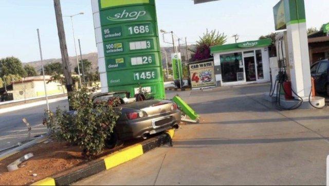 Το κάμπριο αυτοκίνητο προσέκρουσε στην πινακίδα του βενζινάδικου