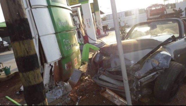 Ευτυχώς από το ατύχημα προκλήθηκαν μόνο υλικές ζημιές
