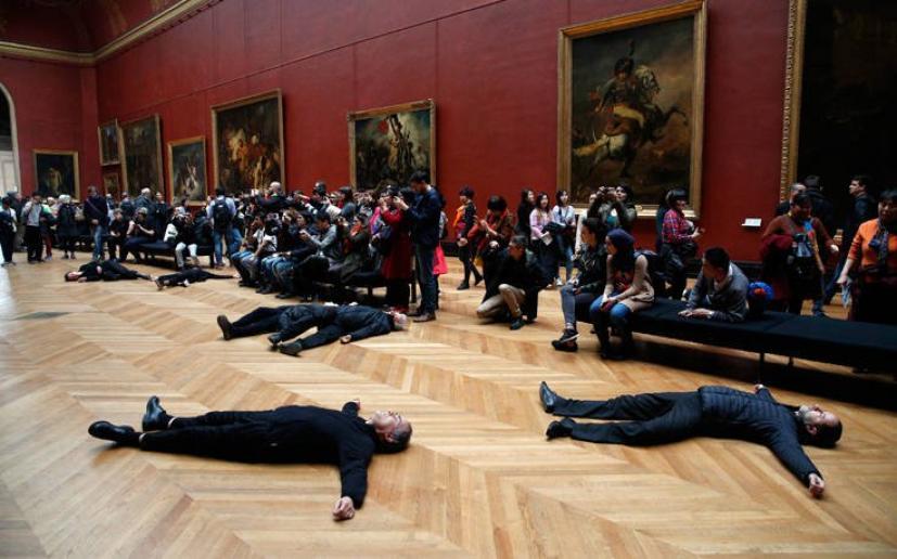Αποτέλεσμα εικόνας για Ακτιβιστές διαμαρτυρήθηκαν ξαπλωμένοι για τη χορηγία πετρελαϊκής εταιρείας