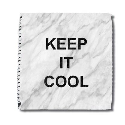 Cooler voor blikje met marmeropdruk en tekst