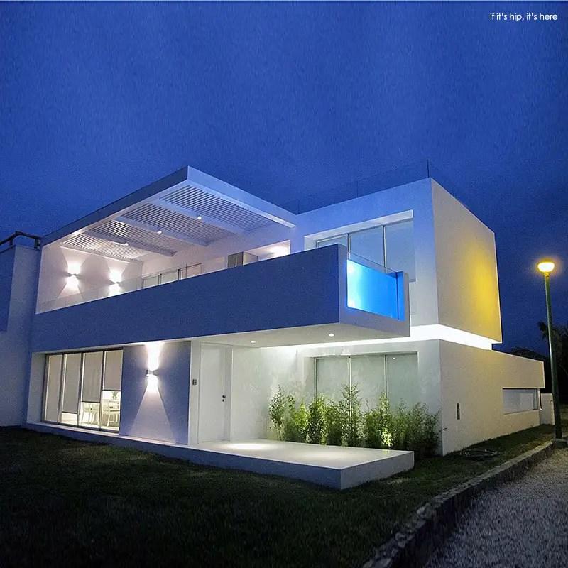 Modern beach house in peru with overhang pool casa playa for Casa minimalista lima