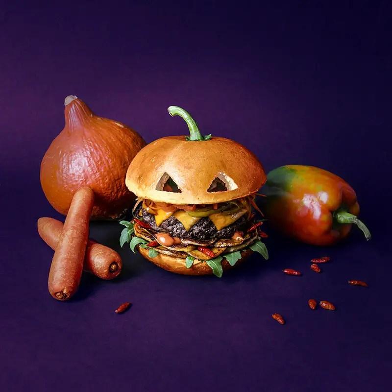 The Pumpkin Brrrrrger.  Carottes tronçonnées. Poivrons scalpés. Cheddar grillé. Steak de bœuf calciné. Patates douces dépecées. Sauce potimarron et moutarde giclée. Roquette terrifiée. Piments pili-pili enflammés