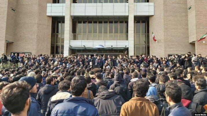 ifmat - Student protests in Iran universities continue for a third day