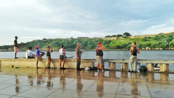 Pescatori nello splendido Malecòn de L'Avana