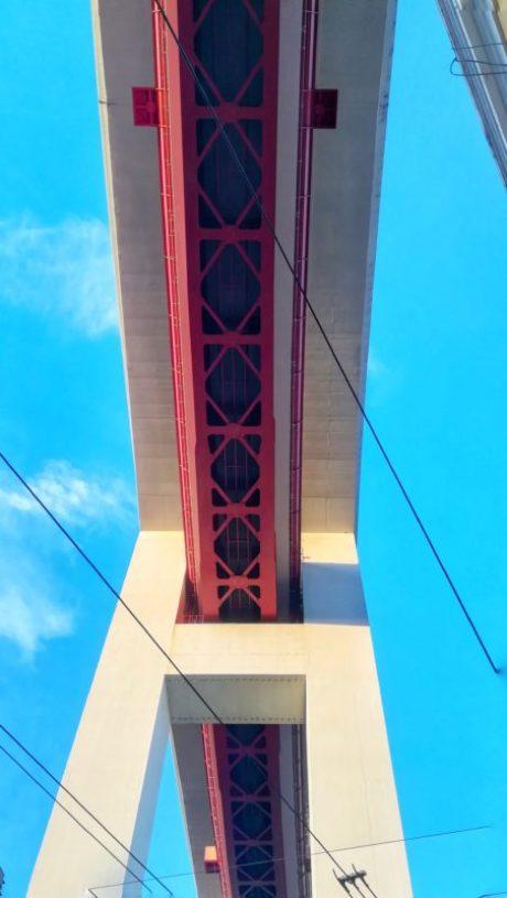 Rosso e imponente Ponte del 25 Aprile nei pressi de LX Factory