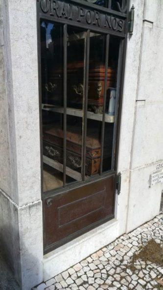 Le bare visibili al Cimitero Dos Prazeres di Lisbona