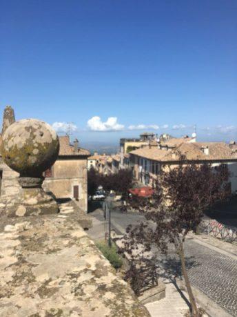 In macchina da Roma a Viterbo si passa dentro San Martino al Cimino