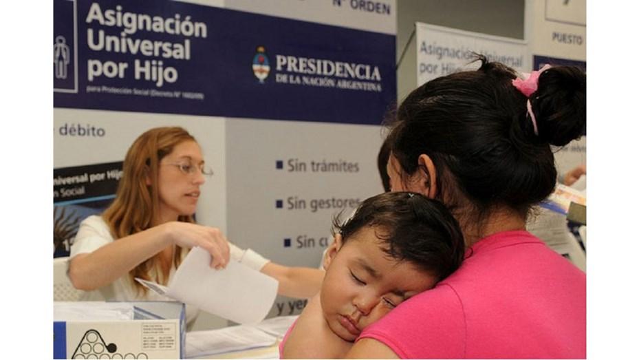 Más tarde la ministra de Salud y Desarrollo Social, Carolina Stanley, confirmó que en septiembre y diciembre habrá un refuerzo de la asignación Universal por hijo de 1.200 pesos, y aseguró que seguirán vigente el cronograma de vacunación.