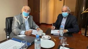 El titular del Sindicato de Comercio, Armando Cavalieri, y el representante de la Cámara Argentina de Comercio, Pedro Etcheverry, firman el acuerdo salarial de 2021