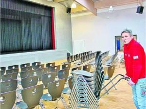 Kooperation: Die Besucherstühle der neuen Schulaula können auch für Veranstaltungen im Kaufunger Bürgersaal eingesetzt werden. Auf unserem Foto sorgt IGS-Haustechnikleiter Rudolf Tille nach der Grundreinigung des Parketts für die Neubestuhlung.