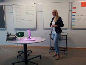 Frau Gubisch von der Sportjugend Hessen stellt das MINT Girls Camp vor.
