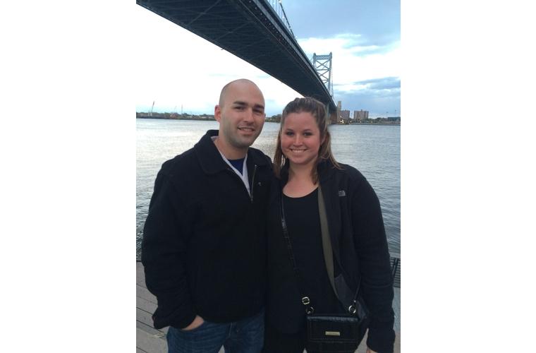 couple in front of ben franklin bridge