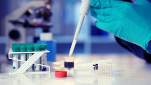 Imagem alusiva a laboratório de microbiologia
