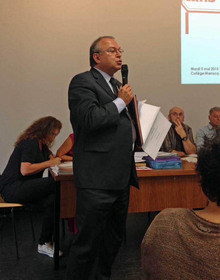 L'inspecteur d'Académie, Pierre Barrière, répond aux questions des parents et élus