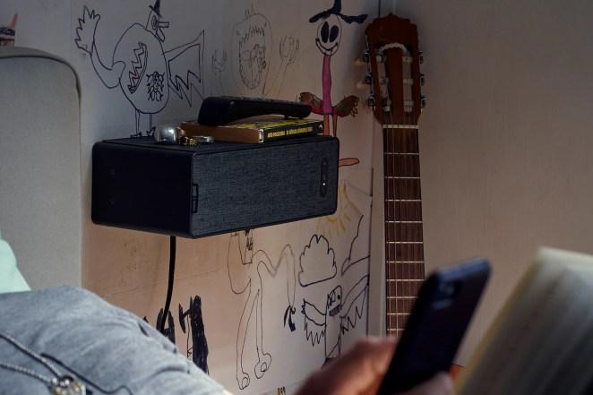 Cassa Wi-Fi da scaffale SYMFONISK fissata alla parete della camera da letto - IKEA