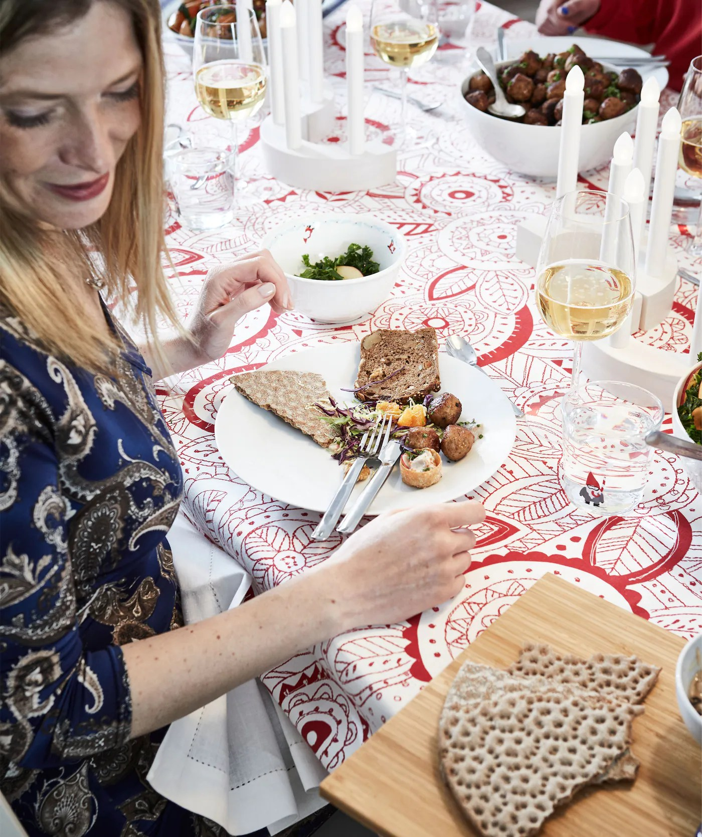 how to set a holiday table with a retro