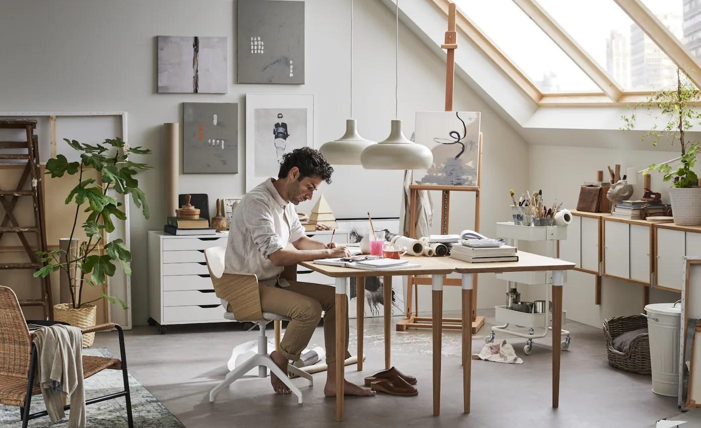Una scrivania, una cassettiera, una lampada da tavolo e una libreria sono fra i complementi must. Arredamento Per L Ufficio Ikea It