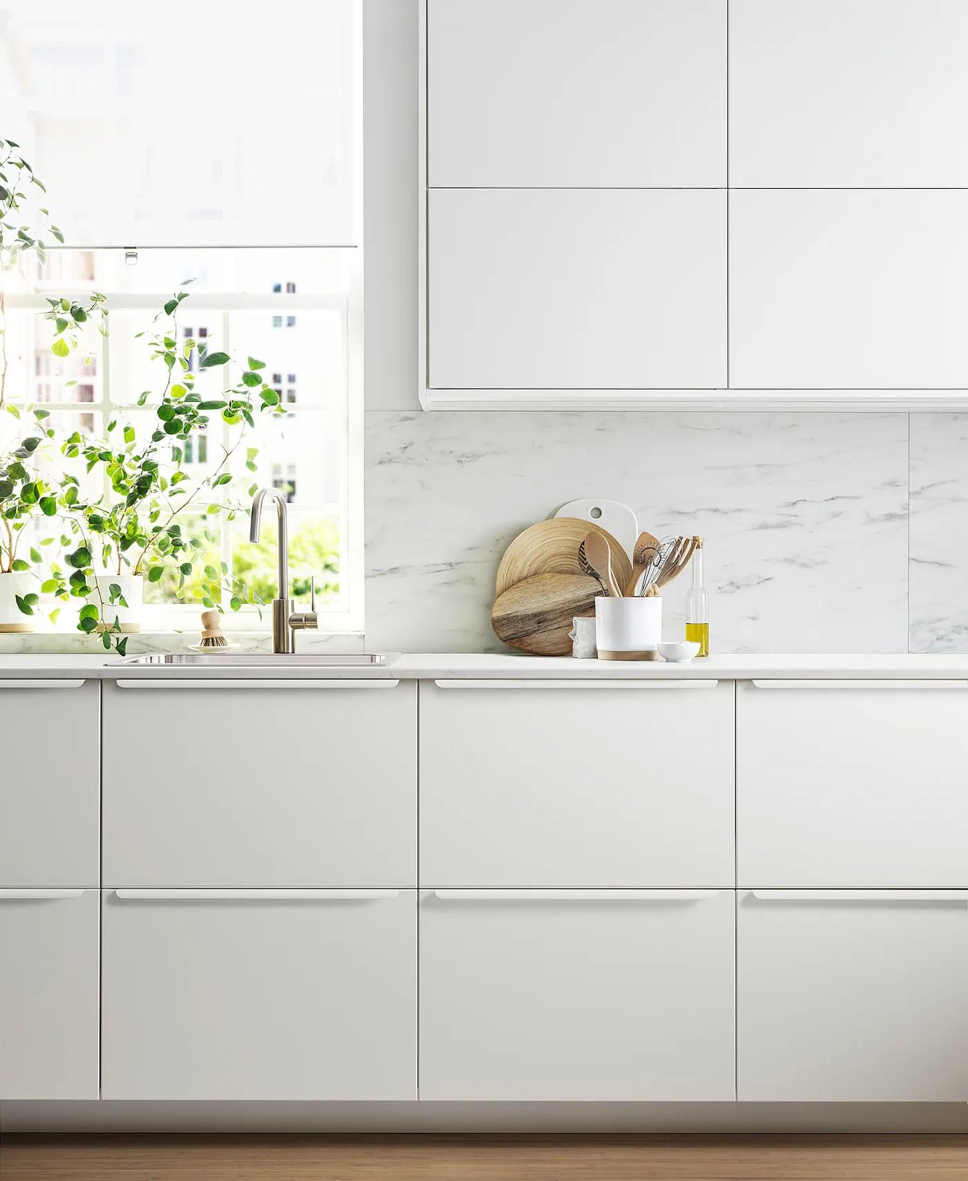 Mobili bianchi della cucina · prendere una bacinella e metterci un po' d'acqua, · aggiungere bicarbonato di sodio, · mescolare usando un cucchiaino fino a che il. Metod Mobile Base E Accessori Estraibili Bianco Veddinge Bianco 20x60 Cm Ikea It