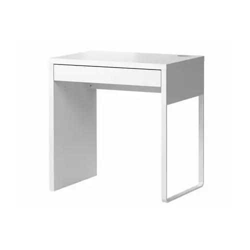 MICKE Skrivbord IKEA Det är enkelt att hålla grenuttag och kablar dolda men samtidigt ha dem nära till hands med hjälp av kabelutgången på baksidan.