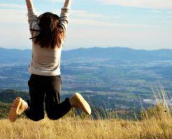 嬉しくてジャンプする女性