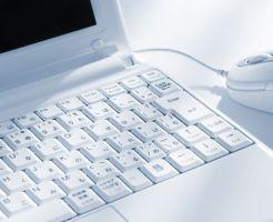 白いノートパソコン