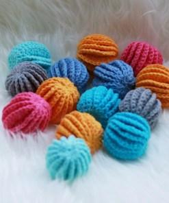 Een hoop katoenen kattenbolletjes in diverse kleuren