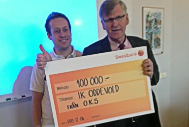 Tommy Carlsson från supporterklubben överlämnar checken på 100 000 kr till Oddevolds Ordförande Stefan Mattsson.