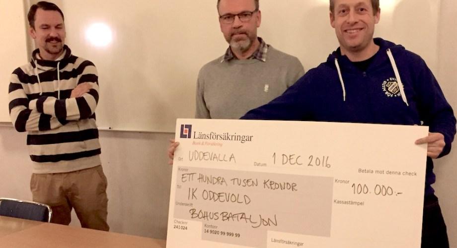 Vice ordförande Tommy Carlsson delar ut check till FU vid medlemskväll. FOTO: Tomas Sandström