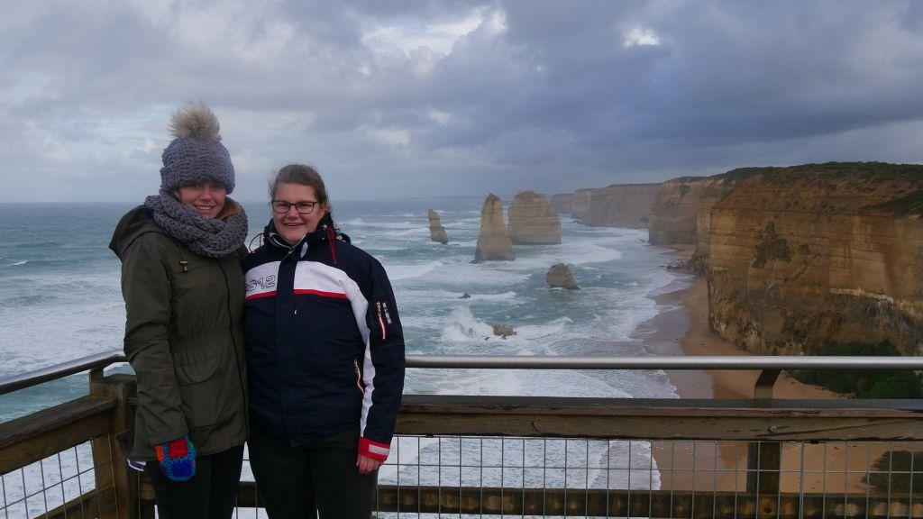Sophie en Jeanette met in de achtergrond de 12 Apostels