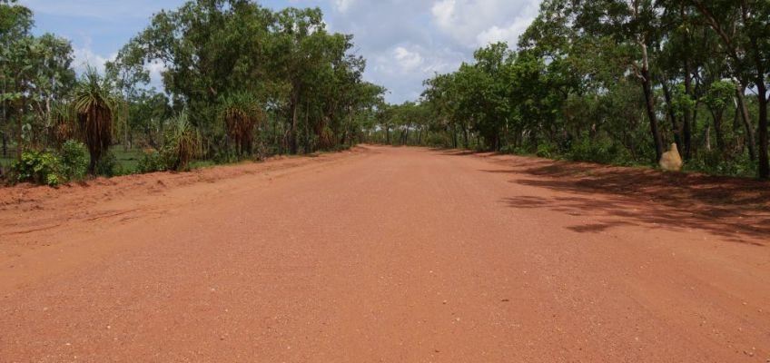 Rode zandweg in Kakadu National Park Australië