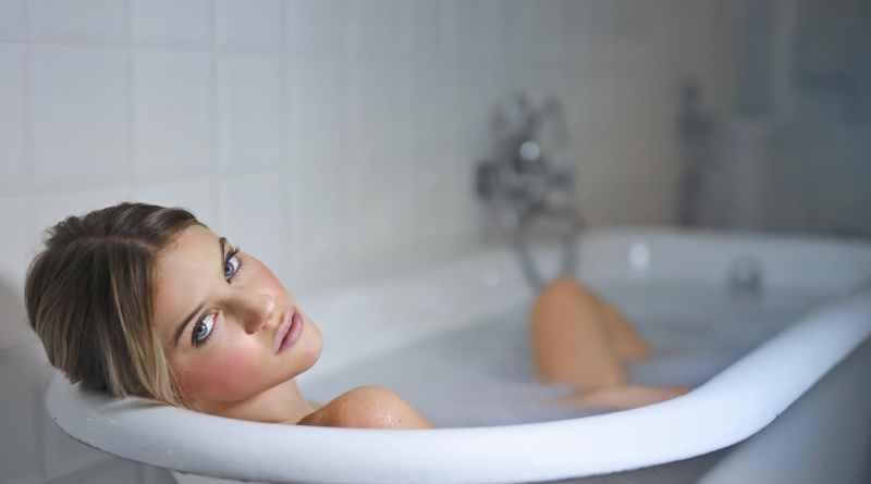 donna che fa il bagno
