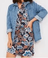 Come indossare la giacca di jeans capo evergreen e versatile