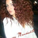 Eleonora Mandaliti con i capielli rossi