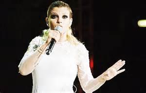 Emma Marrone all'Arena di Verona vestita da sposa Sexy