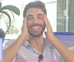 Il tronista Amedeo Barbato sorride soddisfatto in studio