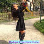 Barbara Francesca Ovieni gioca con il suo cagnolino