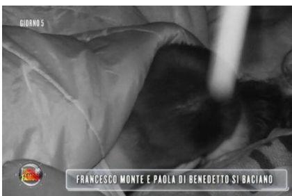 Francesco Monte e Paola di Benedetto si baciano all'Isola dei Famosi
