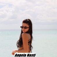 Chiara Nasti in bikini al mare