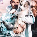 Corteggiatore di Uomini e donne con il suo cane