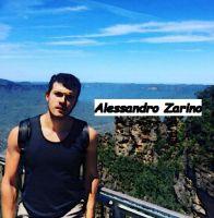 Alessandro Zarino mostra una foto di lui durante la sua ultima vacanza in Europa