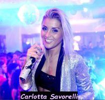 Carlotta Savorelli mentre lavora come vocalist in discoteca