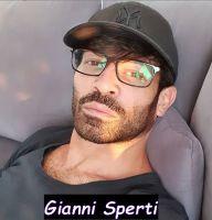 Foto Gianni Sperti mentre indossa gli occhiali