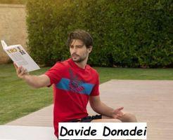 Foto del nuovo tronista di Uomini e donne Davide Donadei mentre legge un libro sulla Juventus