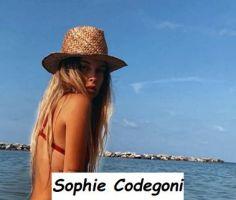 Sophie Codegoni nuova tronista di Uomini e donne al mare in bikini mentre prende il sole