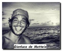 Nuovo tronista di Uomini e donne Gianluca de Matteis in foto plastica la mare con lo sfondo del paesaggio