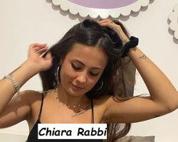Chiara Rabbi corteggiatrice di Uomini e donne mentre si aggiusta i capelli e sorride