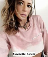 Elisabetta Simone indossa una creazione rosa del suo brand