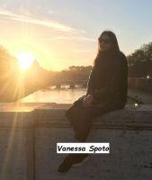 Vanessa Spoto su una banchina con il sole in sottofondo al tramonto