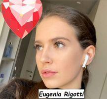Eugenia Rigotti Corteggiatrice di Uomini e donne di Massmiliano Mollicone mentre si sta facendo un selfie