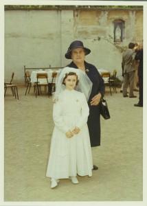 Maggio 1970, Cortile della chiesa di S.Savino.  La signora Ancilla Minardi con Maria Teresa Benedetti